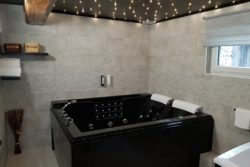 Salle de bain du studio hotel du moulin de la brevette